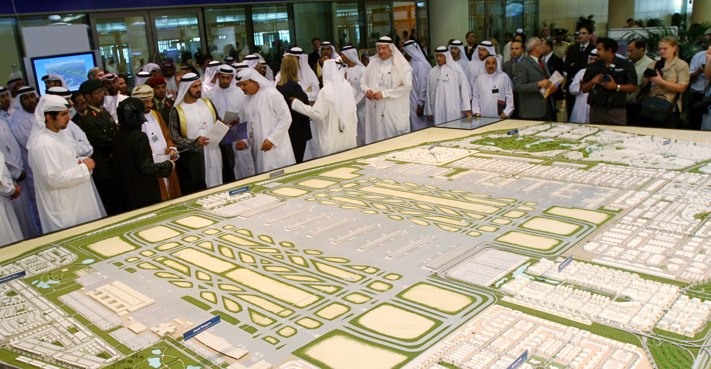 UAE defence minister Sheikh Mohammed looks at model of new Dubai airport at the Dubai Air show