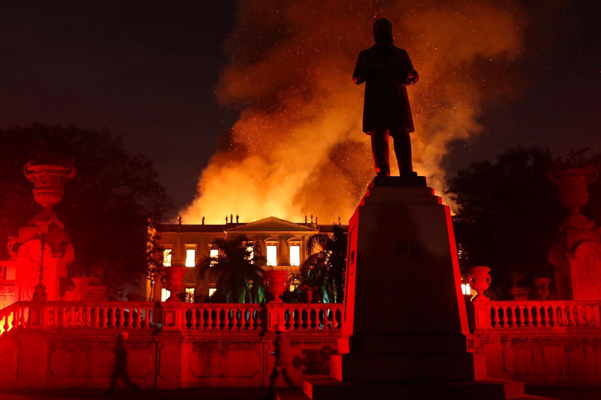 Les Images Impressionnantes De L Incendie Qui Ravage Le Musee De Rio